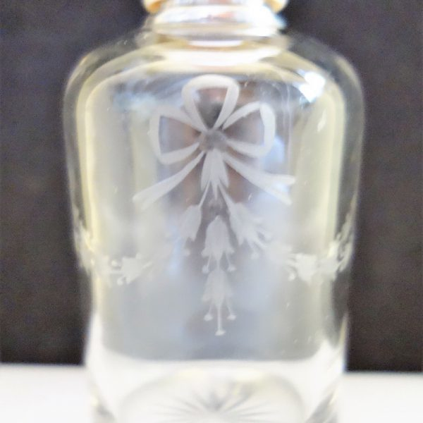 motif gravé sur flacon parfum ancien