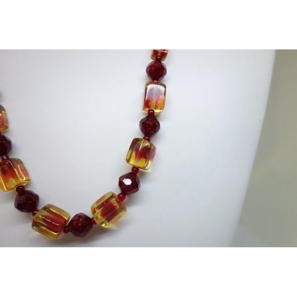 collier ancien en verre coloré