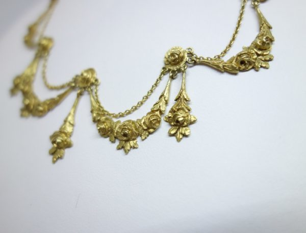 collier draperie en or motifs de roses