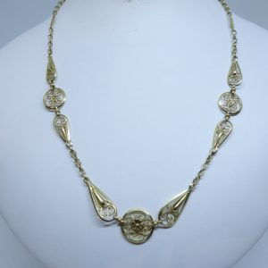 collier or filigrané et motif de fleur