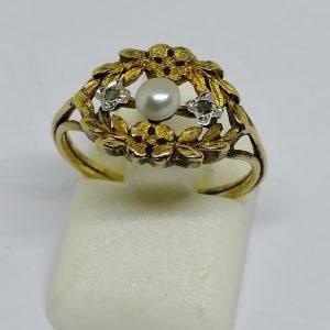 bague en or avec perle fine rose de diamants et motifs de fleurettes vers 1900