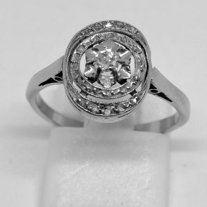 bague en or gris de forme ovale ajourée avec diamants art déco vers 1930