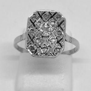 bague en or gris façon damier avec petites roses de diamants vers 1925