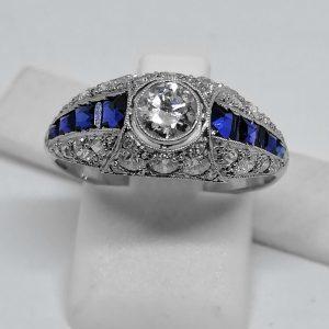 bague en platine façon dôme avec diamants et saphirs calibrés art déco 1930