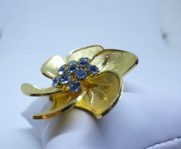 broche laiton grosse fleur et strass bleu