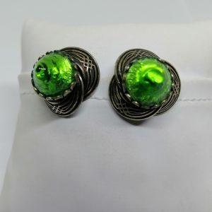 paire de clips d'oreilles en métal blanc et cabochon de pâte de verre couleur verte 1930