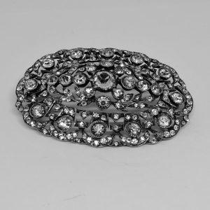 Broche argent ajourée sertie de cristal taillé 1900