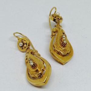 paire de boucles d'oreilles pendantes en or rose avec perles fines vers 1870-90