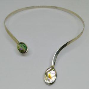 collier argent cerceau ouvert avec pastille de nacre vers 1980