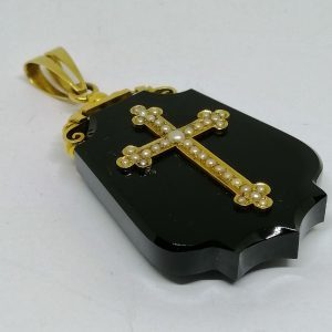 gros pendentif en onyx et or avec demi-perles fines vers 1860