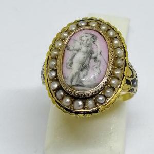 bague or jaune avec miniature émaillée et demi-perles fines vers 1860