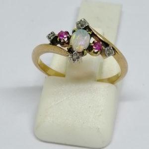 bague en or rose avec opale, rubis et roses de diamants vers 1900