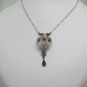 Collier en or avec pavage de roses de diamants et rubis vers 1900
