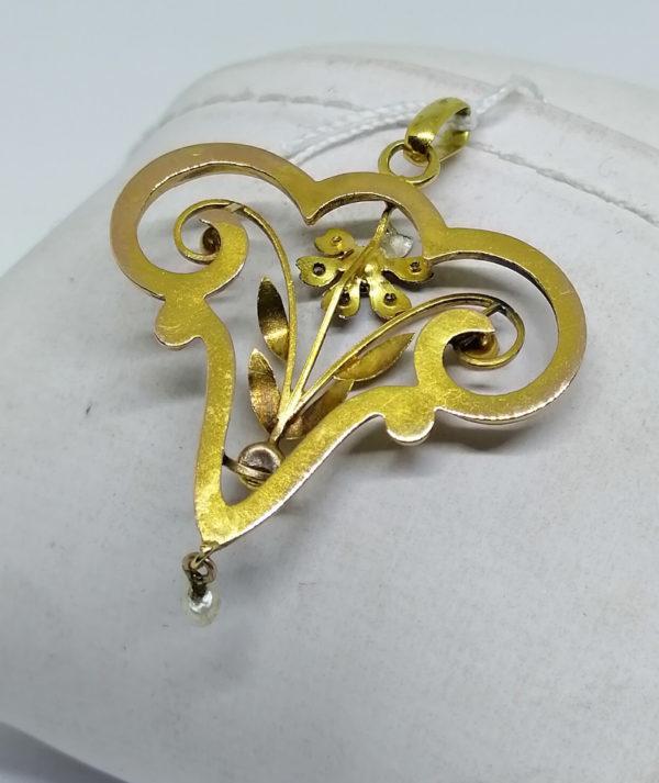 pendentif en or de forme typique de l'art nouveau vers 1900