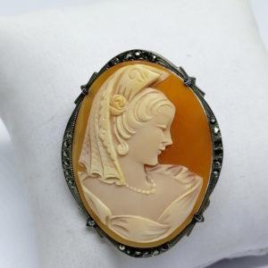 broche/pendentif en argent avec camée portrait de femme à la coiffe, vers 1930-40.