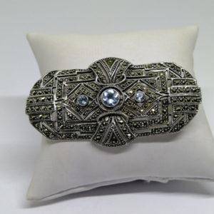broche argent ajourée et pavage marcasites et pierres bleu de synthèse époque art déco vers 1930.