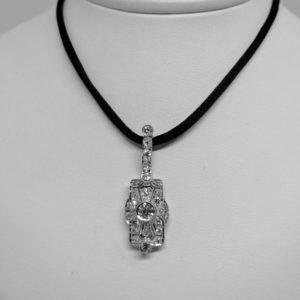 pendentif en or gris 14ct avec pavage de diamants art déco vers 1930.